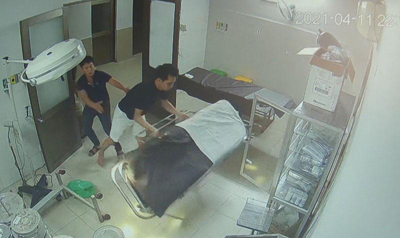 Bệnh nhân cùng người nhà hành hung bác sĩ, điều dưỡng - Ảnh 1.