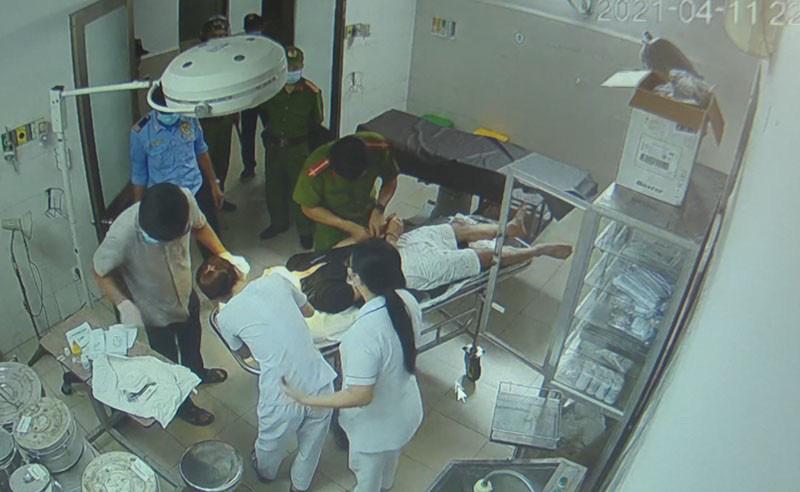 Bệnh nhân cùng người nhà hành hung bác sĩ, điều dưỡng - Ảnh 2.
