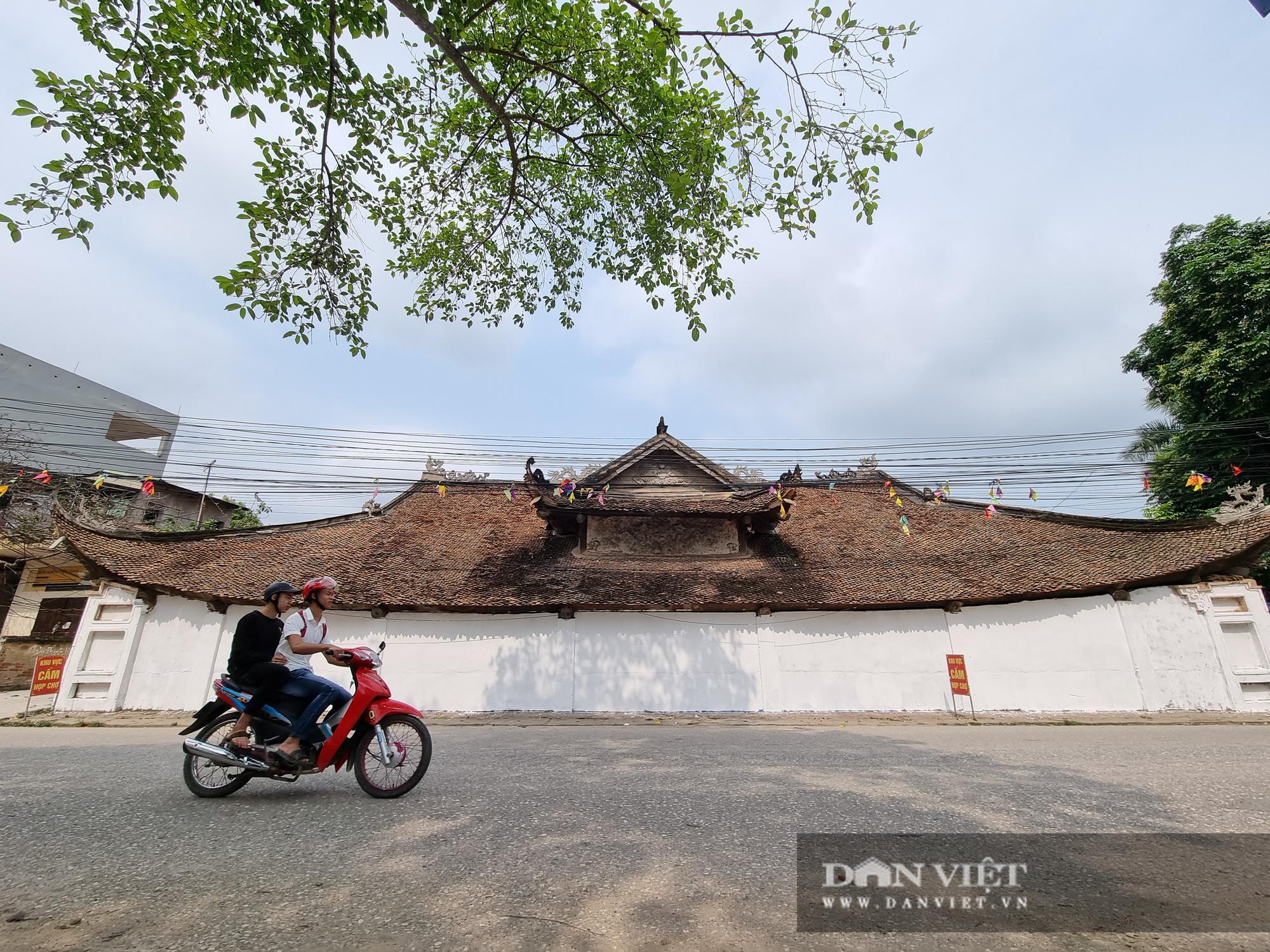 Bức tường tại đình làng cổ Tiên Lữ bất ngờ được sơn trắng - Ảnh 1.