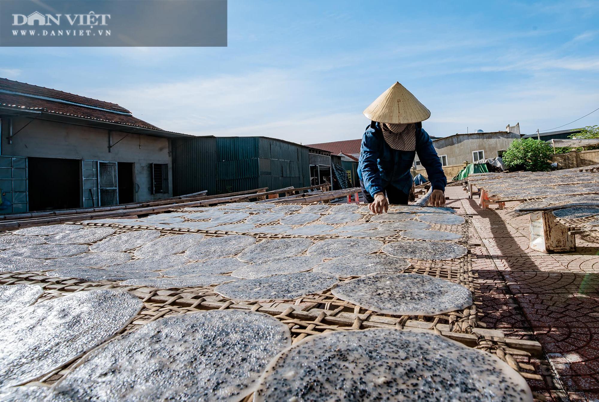 Dân làng Vĩnh Đức dùng tay không làm ra thứ bánh giòn, thơm ngon, có nhà kiếm cả triệu mỗi ngày - Ảnh 2.