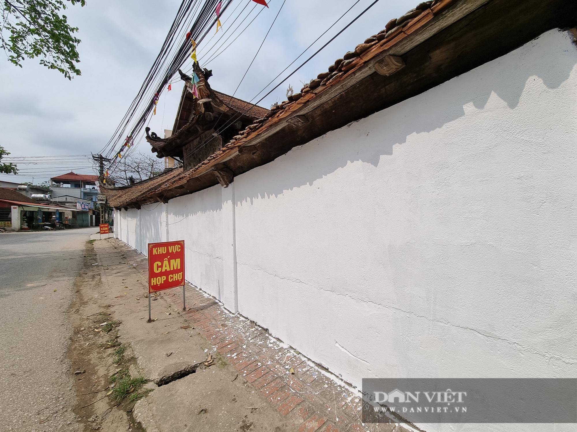 Bức tường tại đình làng cổ Tiên Lữ bất ngờ được sơn trắng - Ảnh 2.