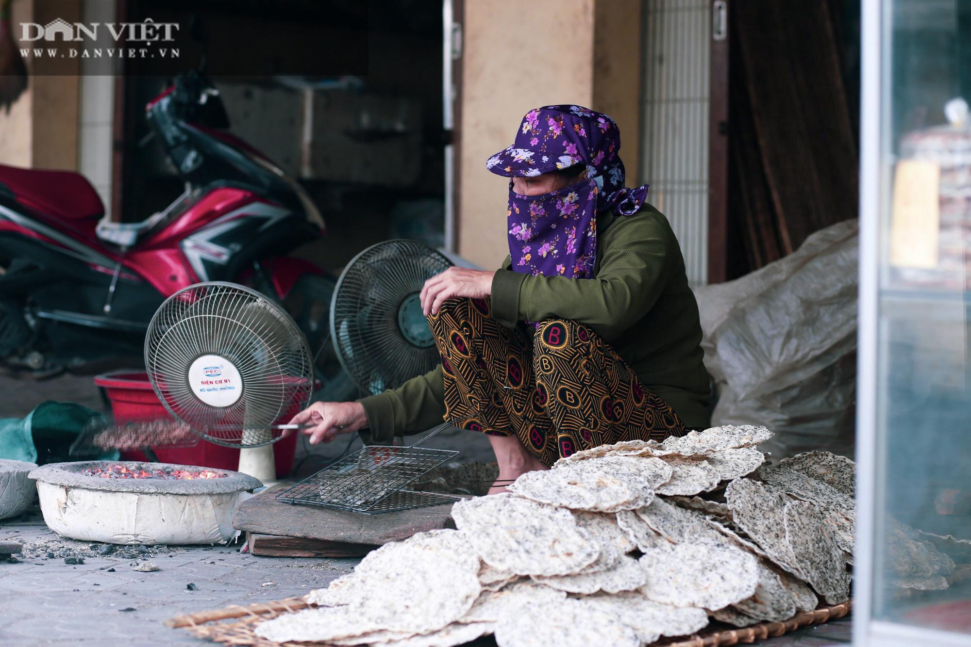 Dân làng Vĩnh Đức dùng tay không làm ra thứ bánh giòn, thơm ngon, có nhà kiếm cả triệu mỗi ngày - Ảnh 4.