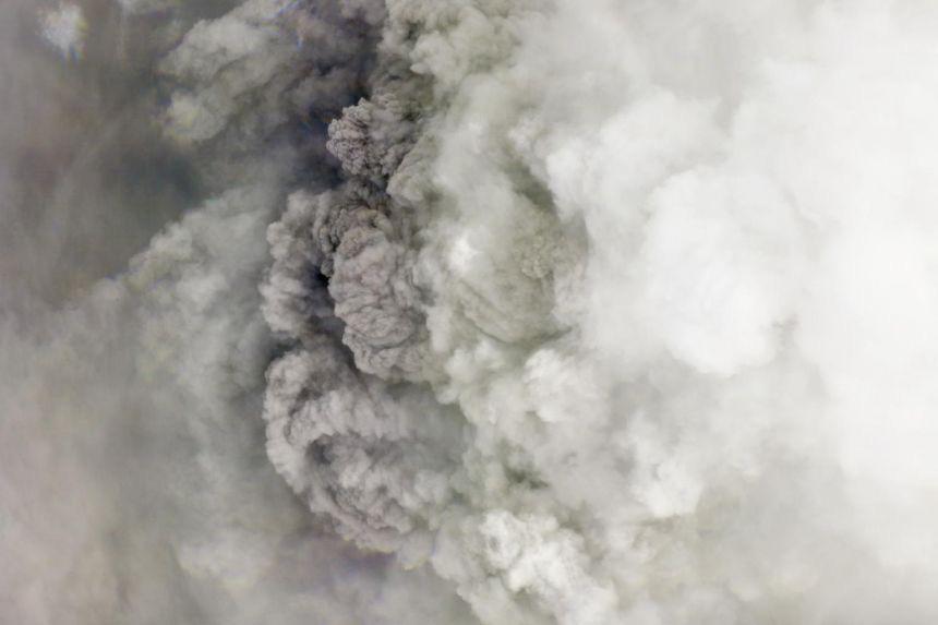 Núi lửa phun trào, nổ kinh hoàng tại hòn đảo Caribe - Ảnh 2.