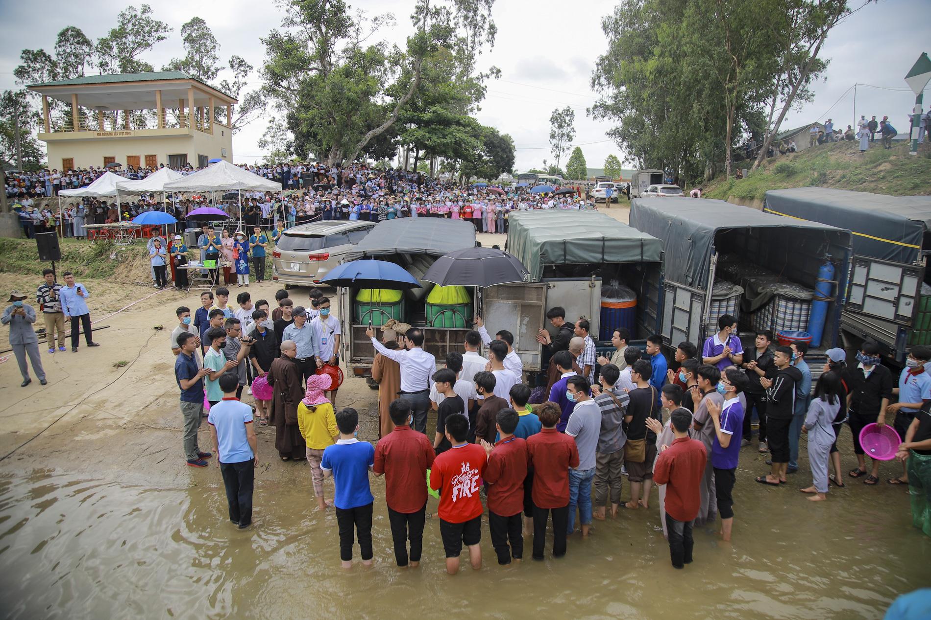 Hơn 10 tấn cá được phóng sinh trên quê hương Bác Hồ - Ảnh 2.