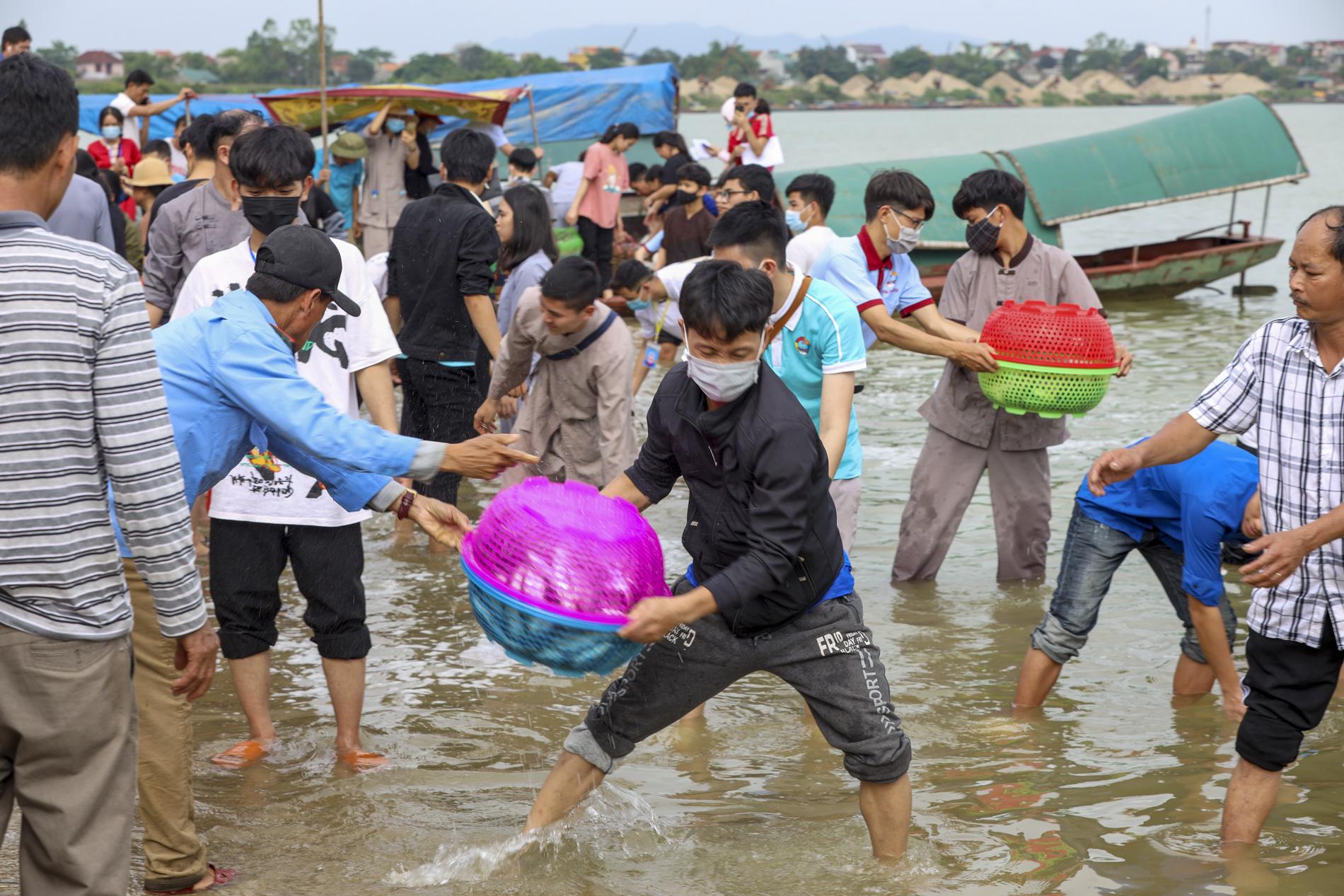 Hơn 10 tấn cá được phóng sinh trên quê hương Bác Hồ - Ảnh 7.