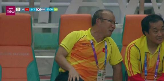 Cười tươi khi đội nhà thua trận, HLV Park có giống chủ tịch CLB Quảng Ninh? - Ảnh 2.
