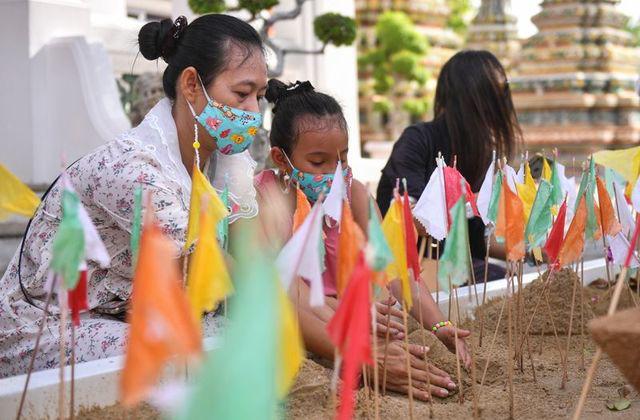 Thái Lan ghi nhận 965 trường hợp nhiễm mới COVID-19 trong ngày đầu của kỳ nghỉ lễ lớn nhất đất nước - Ảnh 1.