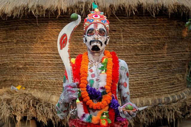 Phong tục kỳ lạ của người Ấn Độ - diễu hành trên đường phố cầm theo một thứ vô cùng ghê rợn - Ảnh 2.