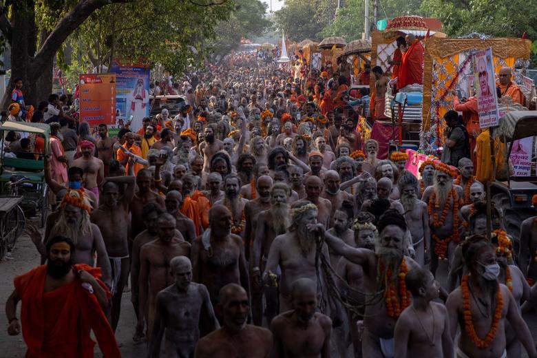 Người dân Ấn Độ chen chúc đi tắm sông bất chấp dịch bệnh - Ảnh 1.