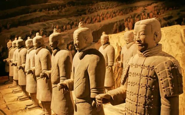Vua chúa Trung Hoa xưa khi chết thường bắt người sống chết cùng, vì sao Tần Thủy Hoàng dùng tượng binh mã để tuẫn táng? - Ảnh 1.