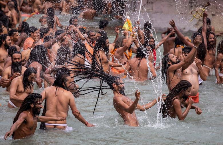 Người dân Ấn Độ chen chúc đi tắm sông bất chấp dịch bệnh - Ảnh 3.