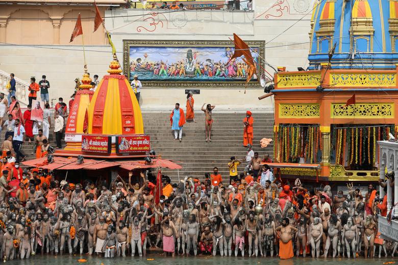 Người dân Ấn Độ chen chúc đi tắm sông bất chấp dịch bệnh - Ảnh 5.