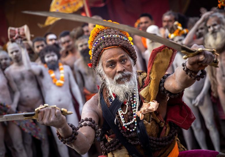 Người dân Ấn Độ chen chúc đi tắm sông bất chấp dịch bệnh - Ảnh 6.