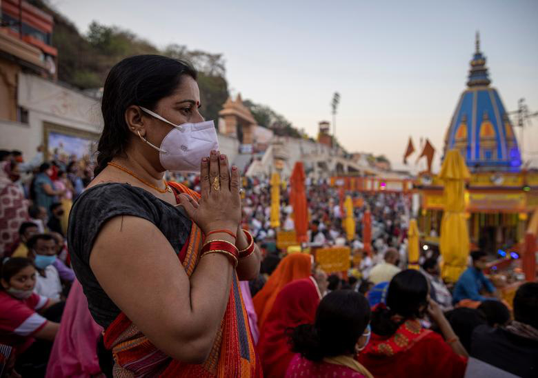 Người dân Ấn Độ chen chúc đi tắm sông bất chấp dịch bệnh - Ảnh 7.