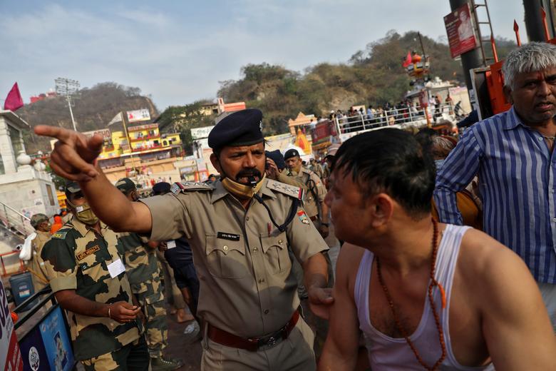Người dân Ấn Độ chen chúc đi tắm sông bất chấp dịch bệnh - Ảnh 8.