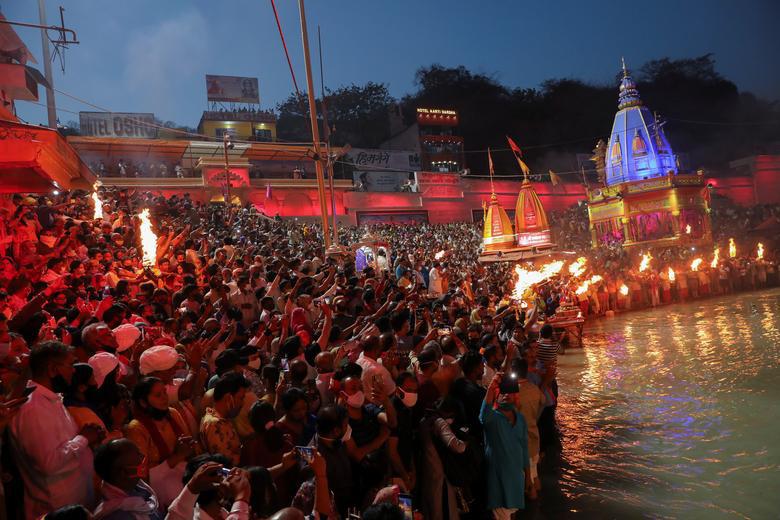 Người dân Ấn Độ chen chúc đi tắm sông bất chấp dịch bệnh - Ảnh 9.
