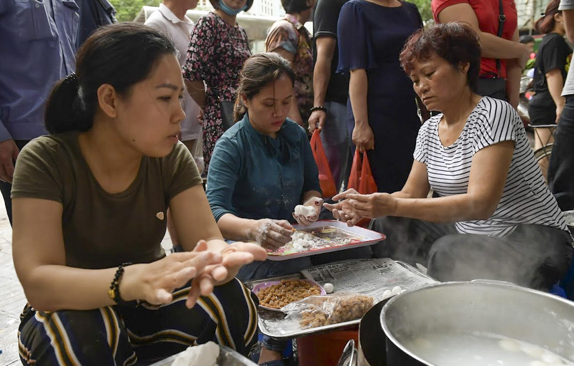 Người dân Hà thành rồng rắn xếp hàng mua bánh trôi, bánh chay từ sáng sớm - Ảnh 3.