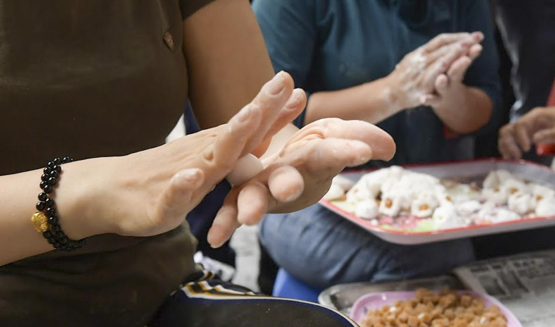 Người dân Hà thành rồng rắn xếp hàng mua bánh trôi, bánh chay từ sáng sớm - Ảnh 5.