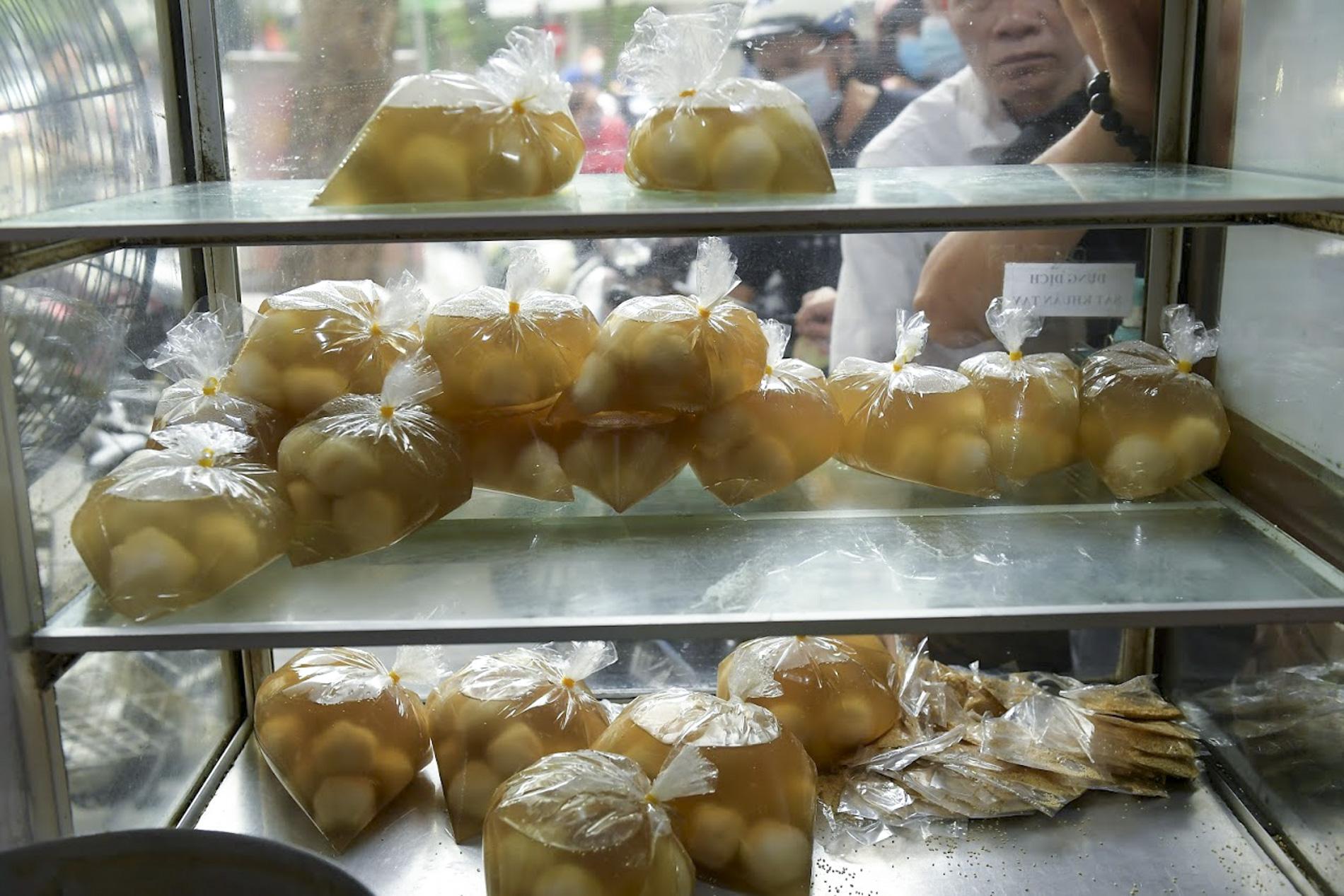 Người dân Hà thành rồng rắn xếp hàng mua bánh trôi, bánh chay từ sáng sớm - Ảnh 8.