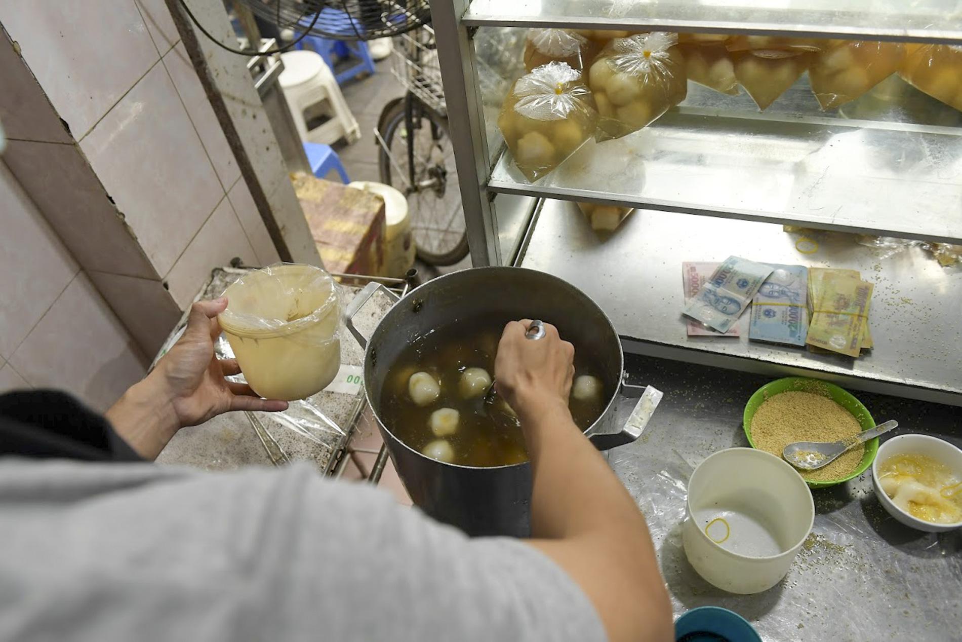 Người dân Hà thành rồng rắn xếp hàng mua bánh trôi, bánh chay từ sáng sớm - Ảnh 9.