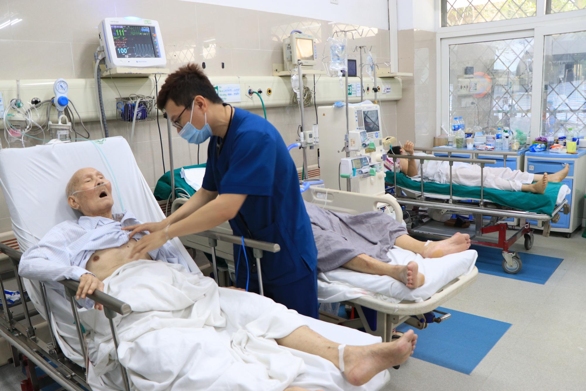 Vụ hơn 200 nhân viên y tế xin nghỉ việc, chuyển công tác: Bác sĩ, điều dưỡng BV Bạch Mai nói gì? - Ảnh 4.