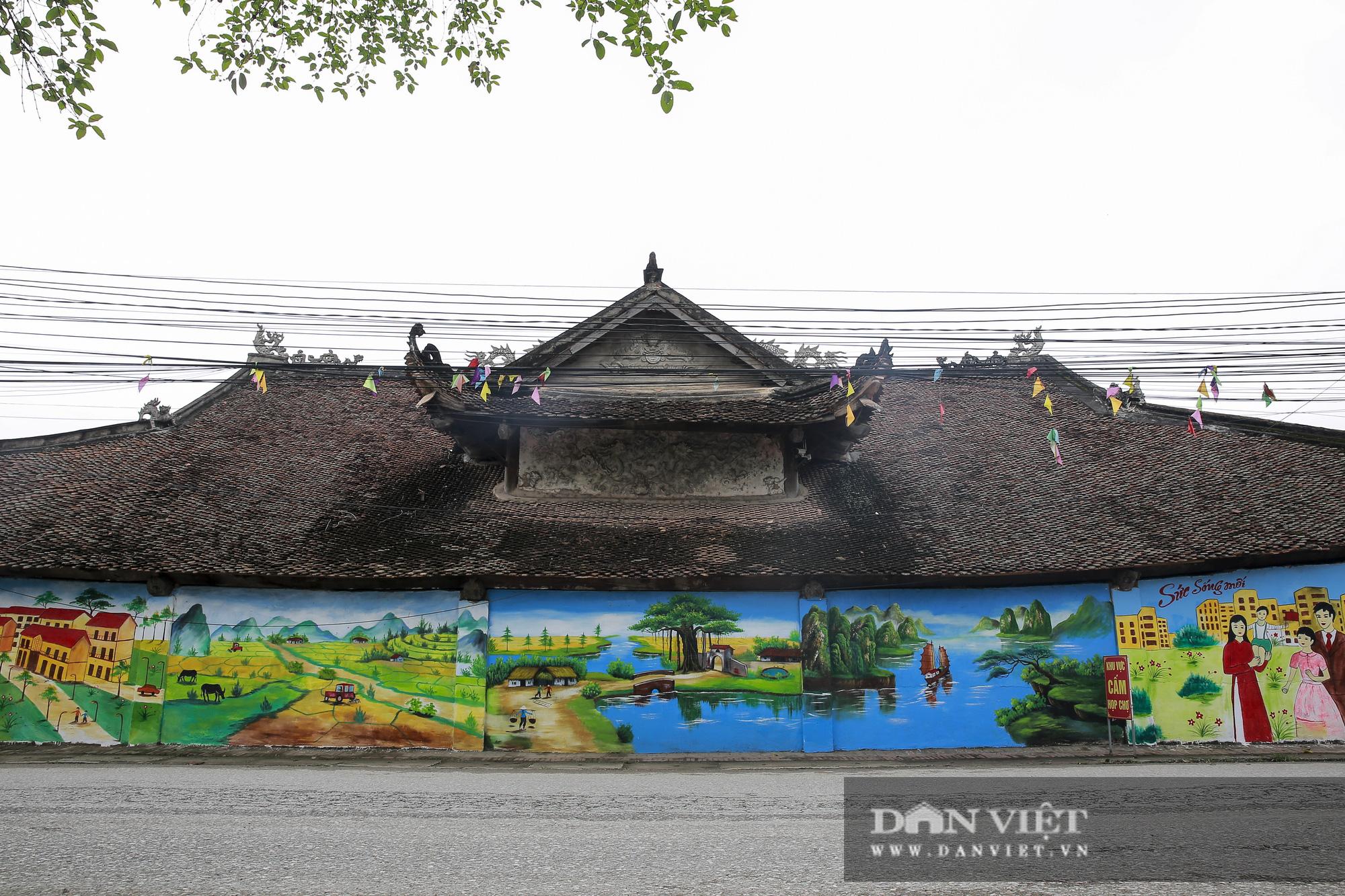 Bí thư đảng ủy xã Tiên Lữ nói gì về việc sơn tranh vẽ lên bức tường tại đình làng cổ gần 200 năm? - Ảnh 2.