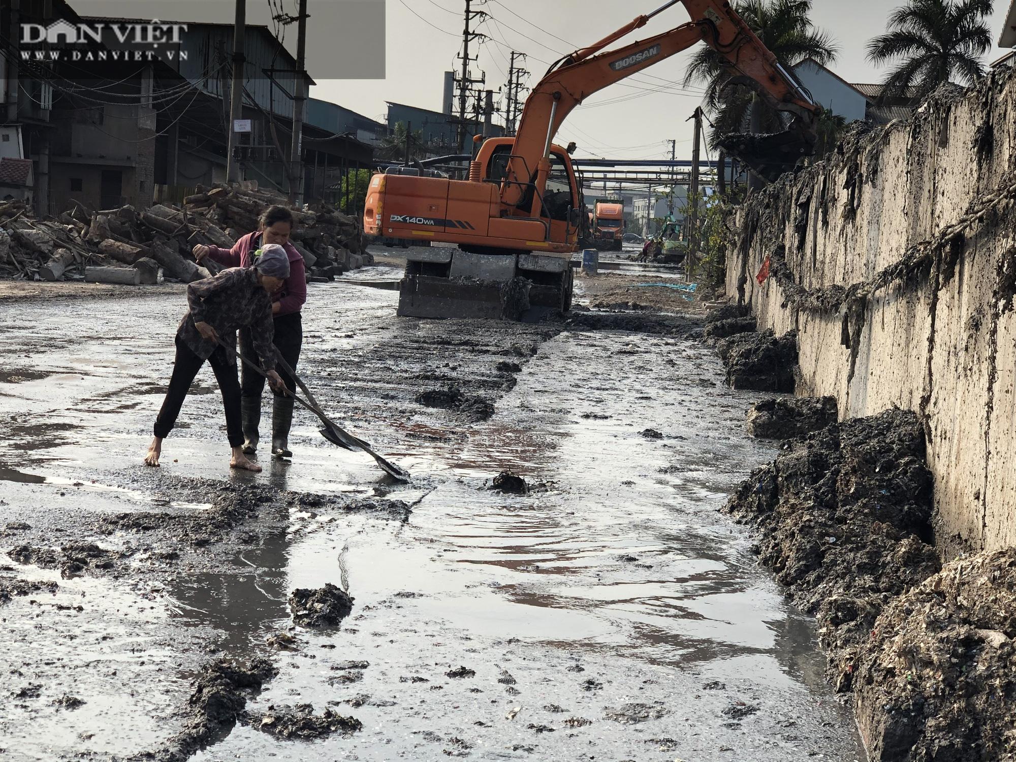 Cận cảnh: Doanh nghiệp cụm công nghiệp giấy Phú Lâm, Bắc Ninh xả nước bùn đen trái phép, gây ngập ngụa đường giao thông - Ảnh 1.