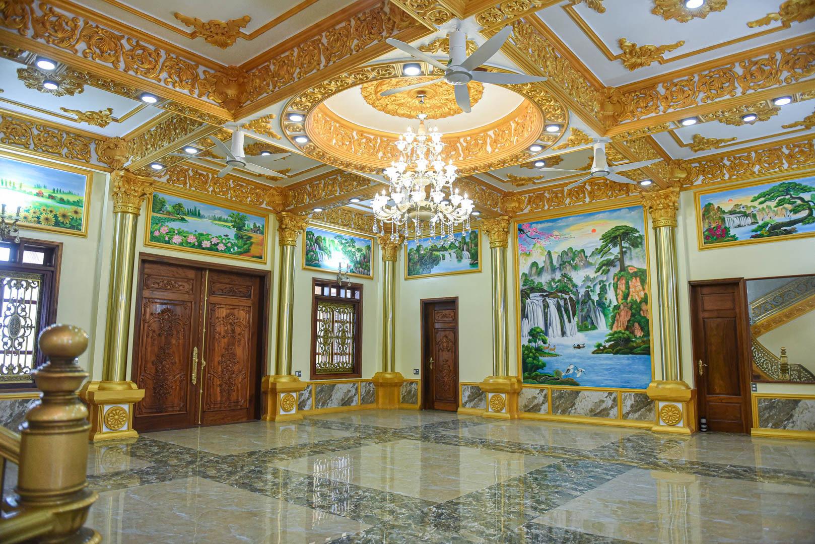 """Lâu đài """"dát vàng"""", bên trong toàn nội thất đắt đỏ của đại gia ở Hưng Yên - Ảnh 9."""