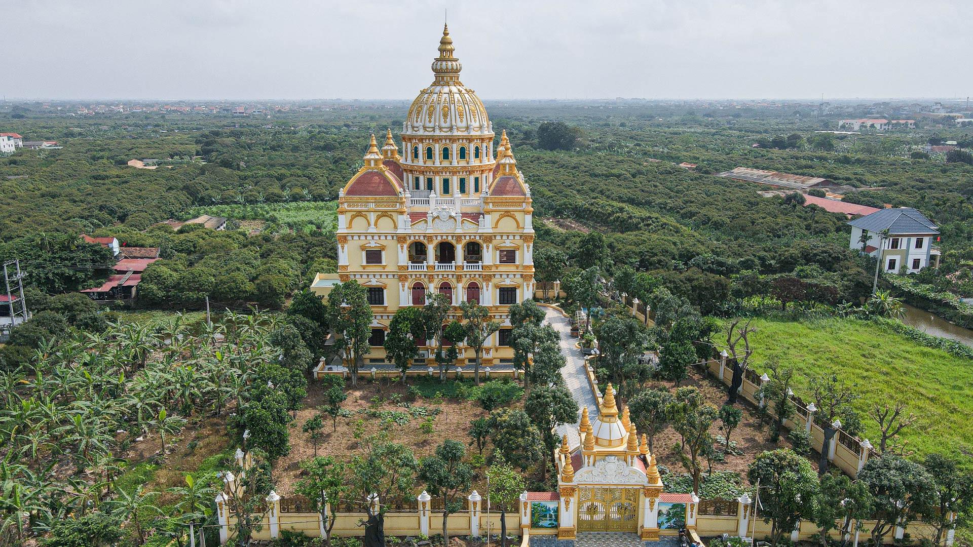 """Lâu đài """"dát vàng"""", bên trong toàn nội thất đắt đỏ của đại gia ở Hưng Yên - Ảnh 2."""