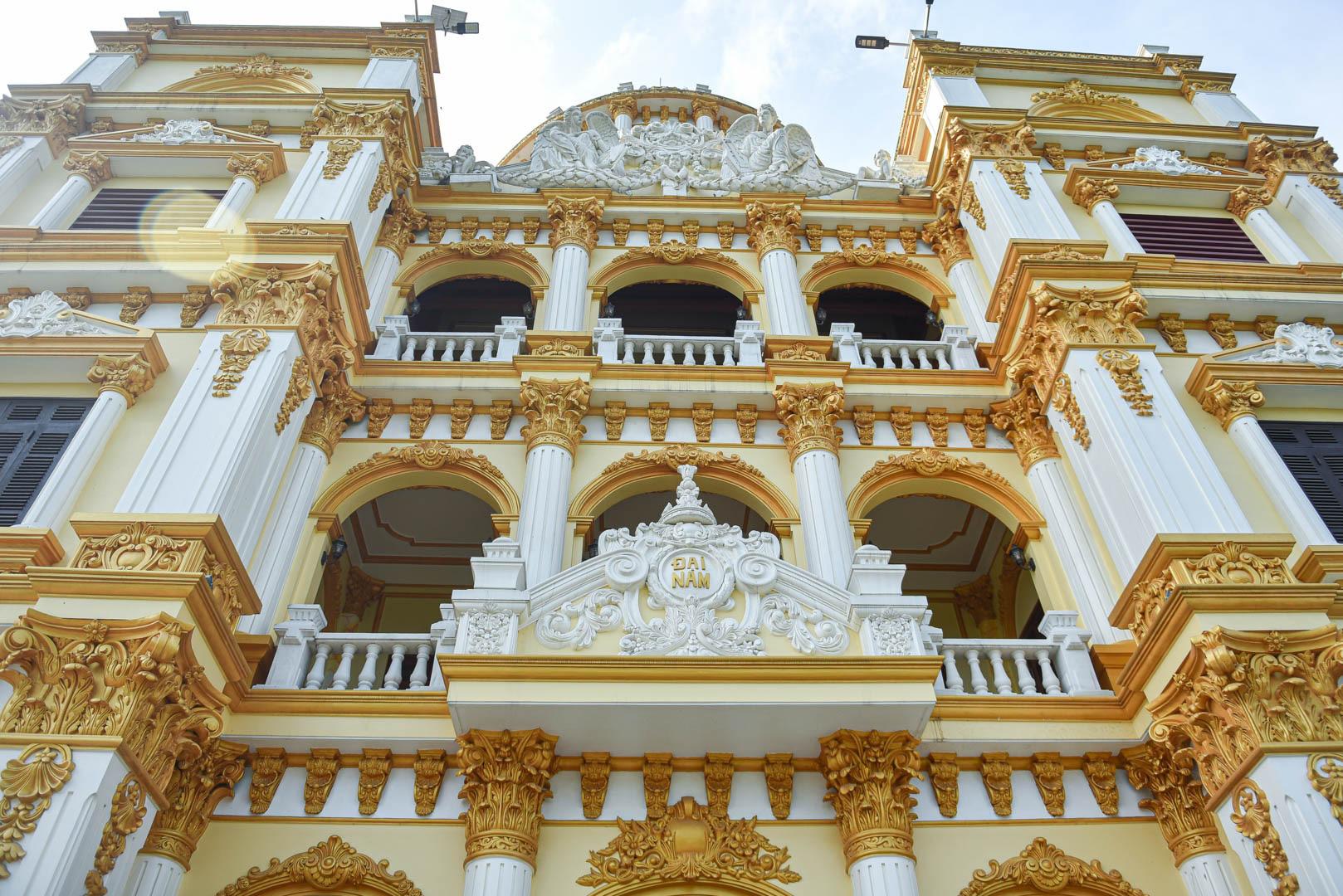 """Lâu đài """"dát vàng"""", bên trong toàn nội thất đắt đỏ của đại gia ở Hưng Yên - Ảnh 4."""