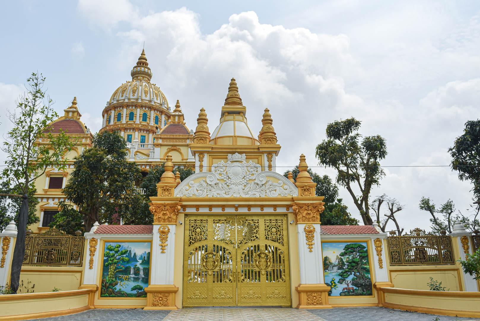 """Lâu đài """"dát vàng"""", bên trong toàn nội thất đắt đỏ của đại gia ở Hưng Yên - Ảnh 3."""