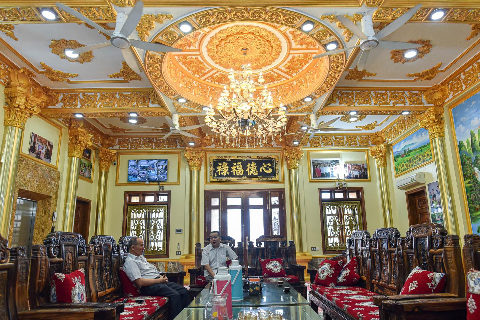 """Lâu đài """"dát vàng"""", bên trong toàn nội thất đắt đỏ của đại gia ở Hưng Yên - Ảnh 6."""