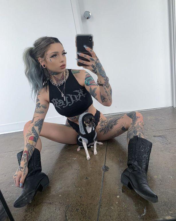 Nữ người mẫu chụp ảnh tạo dáng gợi cảm, tuy nhiên 2 chú thú cưng lại chiếm hết spotlight - Ảnh 2.