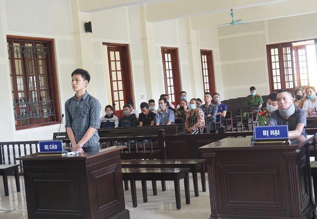 Nghệ An: Tẩm xăng đốt đồng nghiệp vì món nợ 2,5 triệu đồng, nam thanh niên lĩnh 16 năm tù   - Ảnh 2.