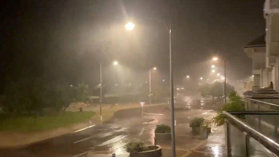 Bão nhiệt đới cực mạnh tàn phá nhà cửa và gây mất điện kéo dài tại phía tây Australia - Ảnh 1.