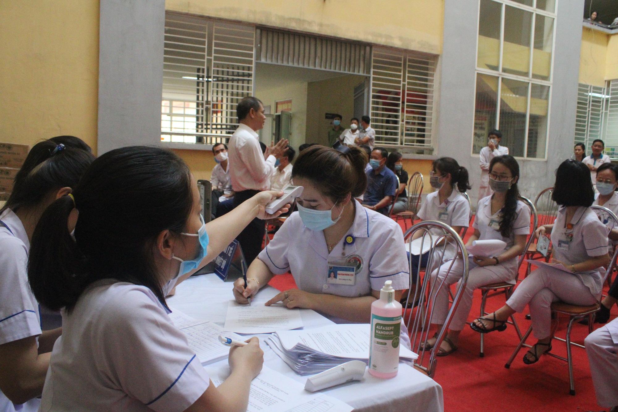 Clip: Hà Tĩnh tiêm liều vaccine phòng COVID-19 đầu tiên cho những y, bác sĩ - Ảnh 3.