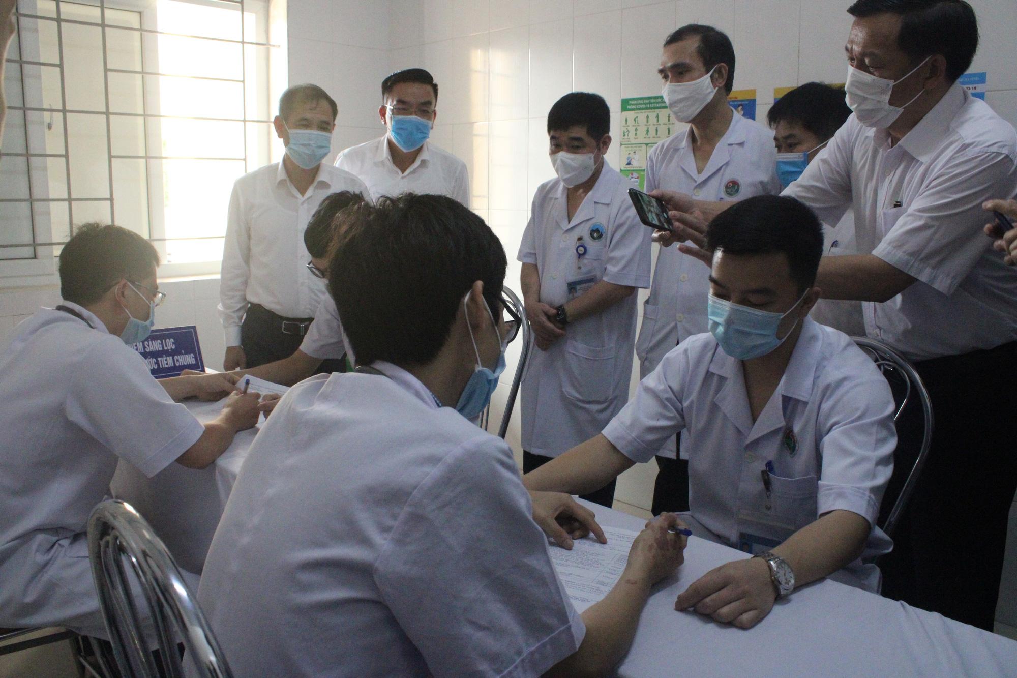 Clip: Hà Tĩnh tiêm liều vaccine phòng COVID-19 đầu tiên cho những y, bác sĩ - Ảnh 4.