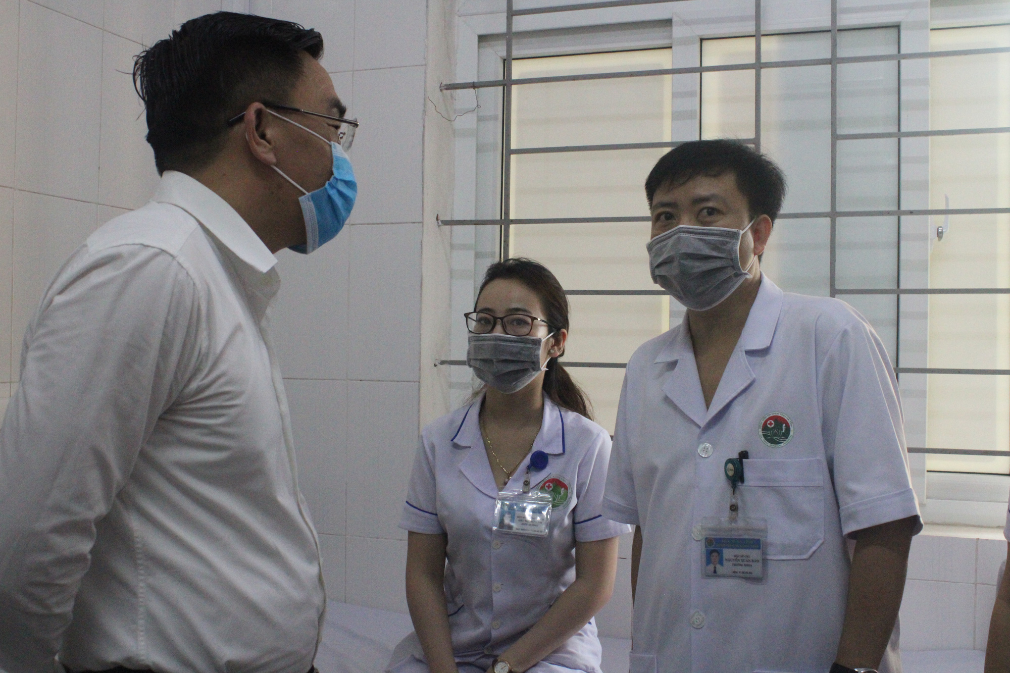 Clip: Hà Tĩnh tiêm liều vaccine phòng COVID-19 đầu tiên cho những y, bác sĩ - Ảnh 9.