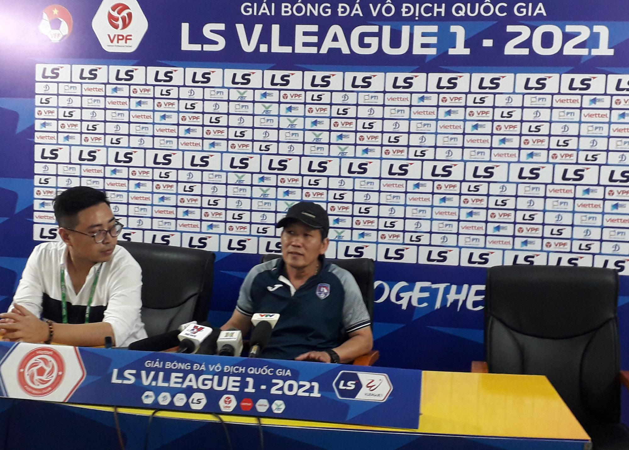 Trợ  lý Than Quảng Ninh Nghiêm Xuân Mạnh, cha cầu thủ Nghiêm Xuân Tú họp báo thay HLV Hoàng Thọ. Ảnh: Song Minh