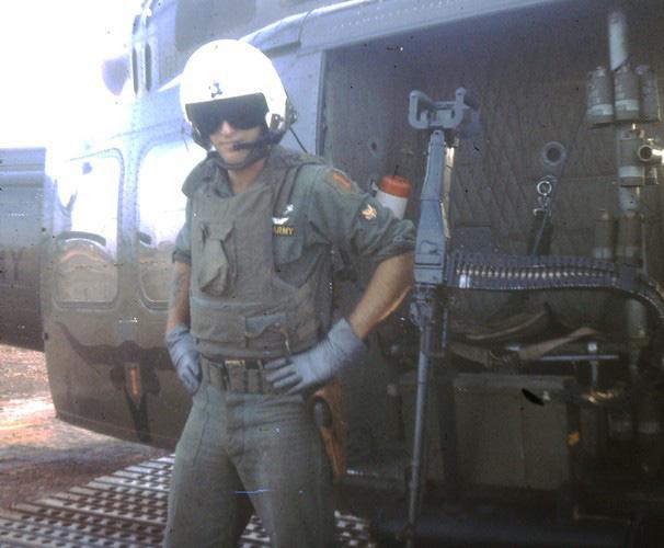 """Điểm """"cận kề cái chết"""" trên trực thăng UH-1 của Mỹ khi tham chiến ở Việt Nam - Ảnh 1."""