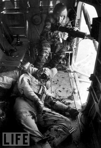 """Điểm """"cận kề cái chết"""" trên trực thăng UH-1 của Mỹ khi tham chiến ở Việt Nam - Ảnh 2."""