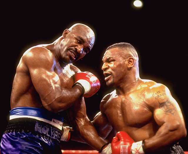 Holyfield từng 2 lần khiến Mike Tyson phải ôm hận.