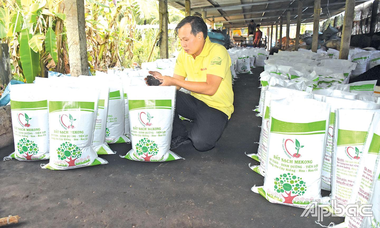 Tiền Giang: Khi Công Vinh bỏ lương cao về Chợ Gạo nuôi con không chân để bán phân - Ảnh 1.