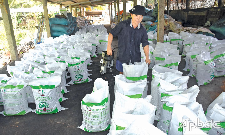 Tiền Giang: Khi Công Vinh bỏ lương cao về Chợ Gạo nuôi con không chân để bán phân - Ảnh 2.