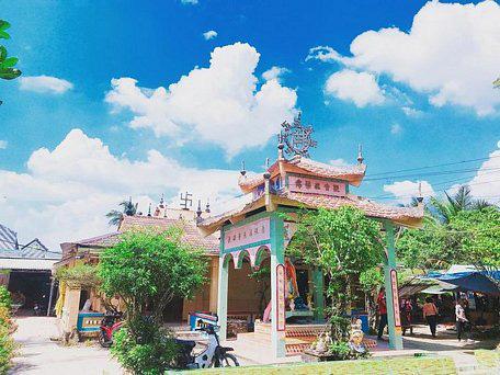 """Vườn sen lạ có tán lá khủng, """"cõng"""" được người nặng 100kg trong một ngôi chùa có tiếng ở Đồng Tháp - Ảnh 1."""