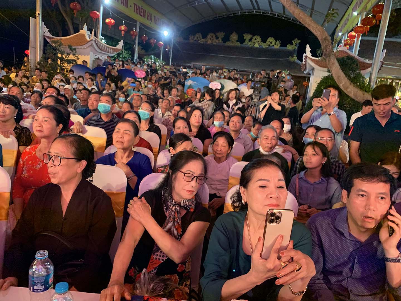 Vĩnh Phúc: Người dân và du khách kìn kìn đổ về dự Liên hoan hát Văn, Chầu văn toàn quốc - Ảnh 2.
