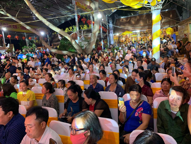 Vĩnh Phúc: Người dân và du khách kìn kìn đổ về dự Liên hoan hát Văn, Chầu văn toàn quốc - Ảnh 3.