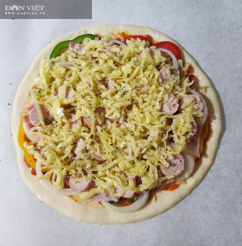 Cuối tuần vào bếp làm món pizza cá hồi xúc xích thịt xông khói - Ảnh 11.