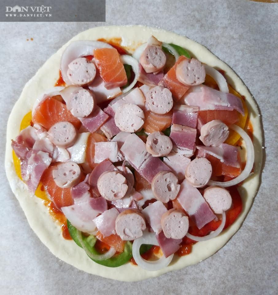 Cuối tuần vào bếp làm món pizza cá hồi xúc xích thịt xông khói - Ảnh 10.
