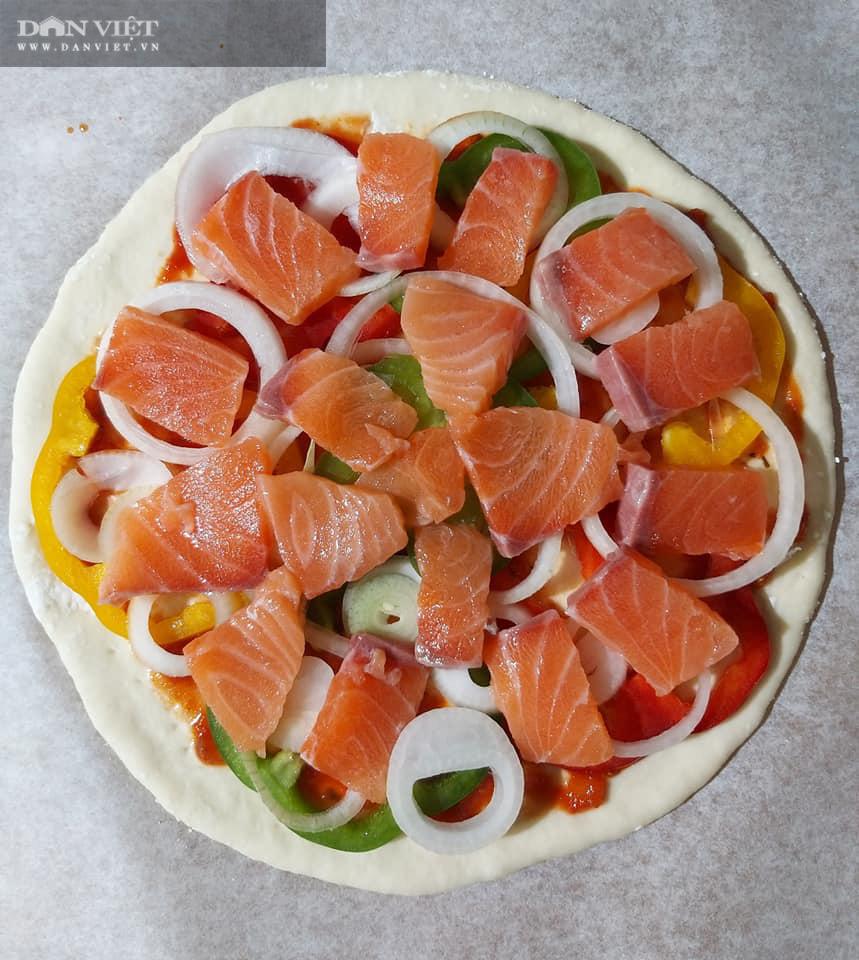 Cuối tuần vào bếp làm món pizza cá hồi xúc xích thịt xông khói - Ảnh 9.